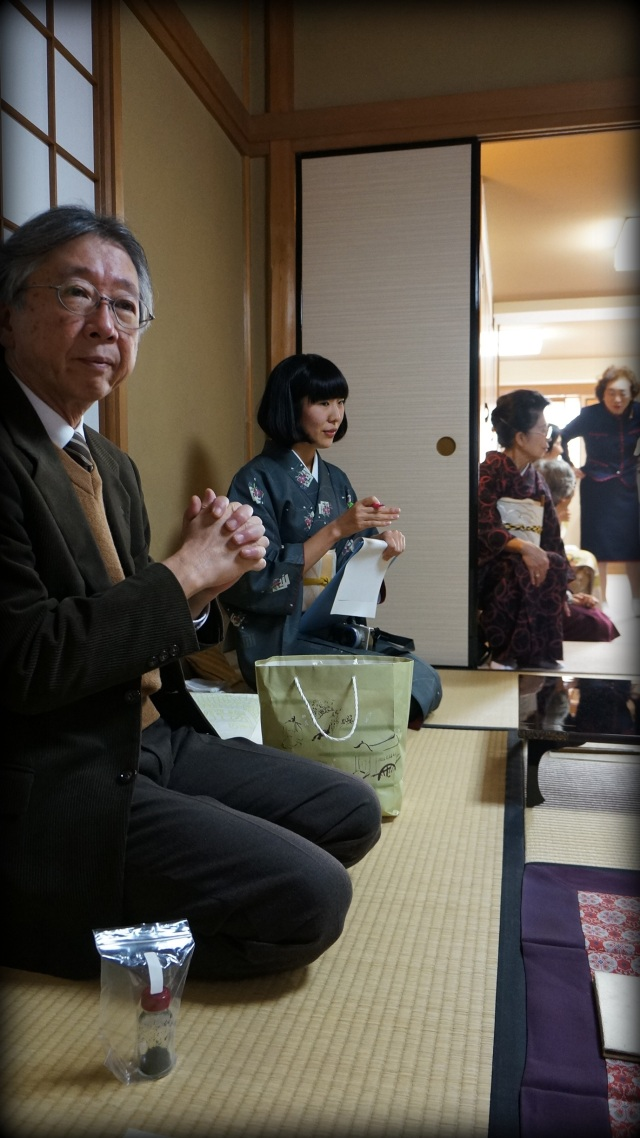 Mr. Yamada of Kogado explains the history and raw materials of Japanese incense